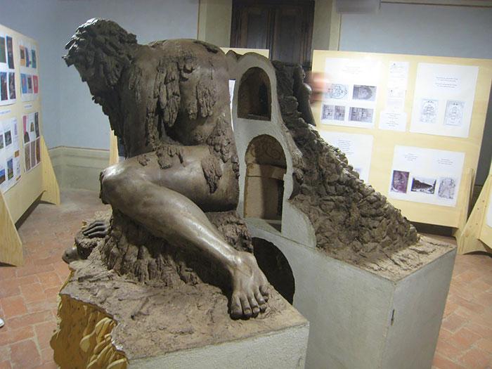 Esta epica escultura esconde un enorme secreto en su interior 03